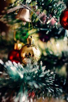 Weihnachtskugeln am Weihnachtsbaum