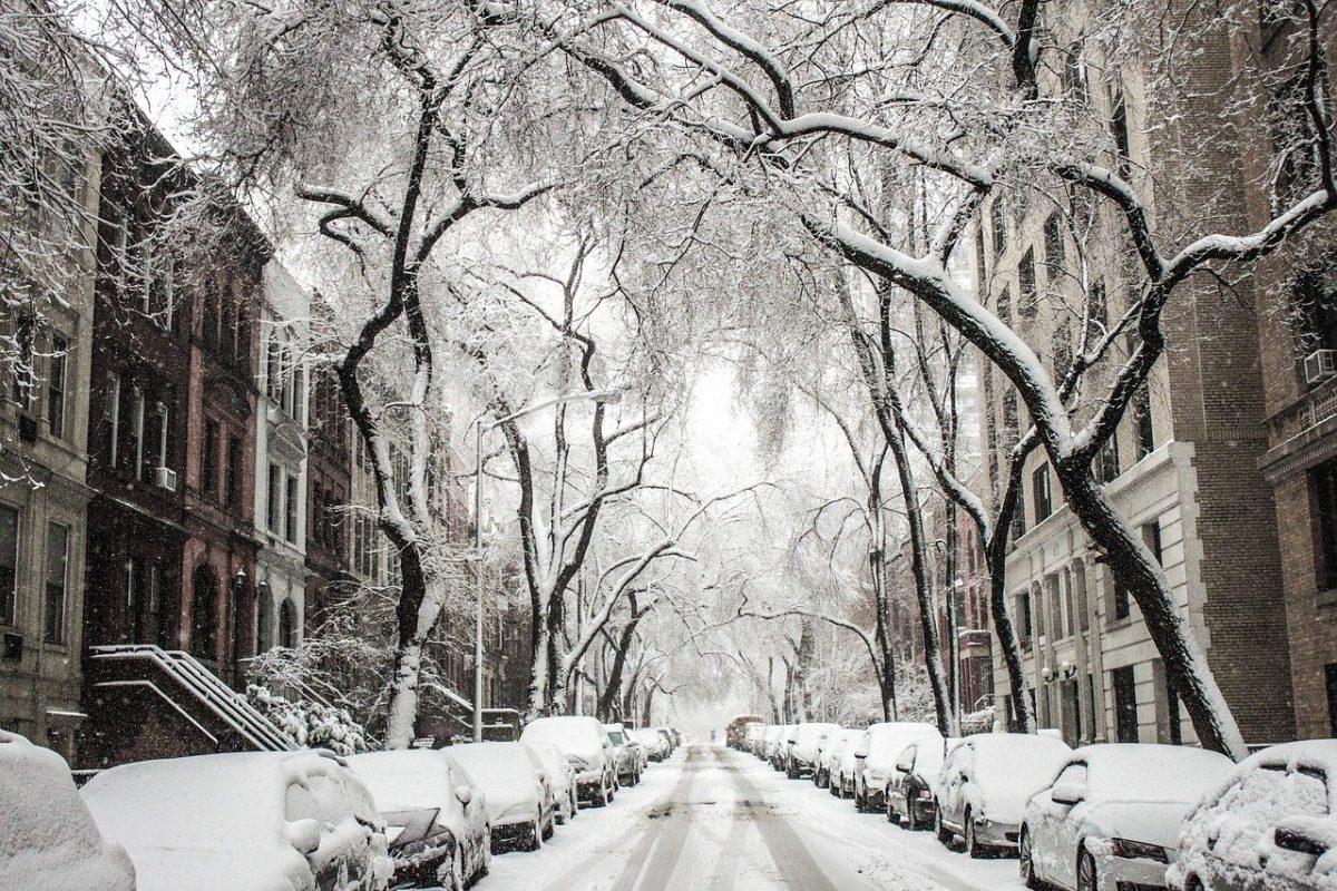 Verschneite Straße im Winter
