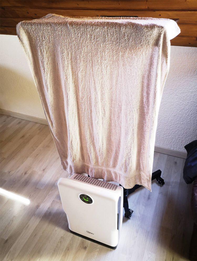 Luftreiniger mit feuchtem Handtuch