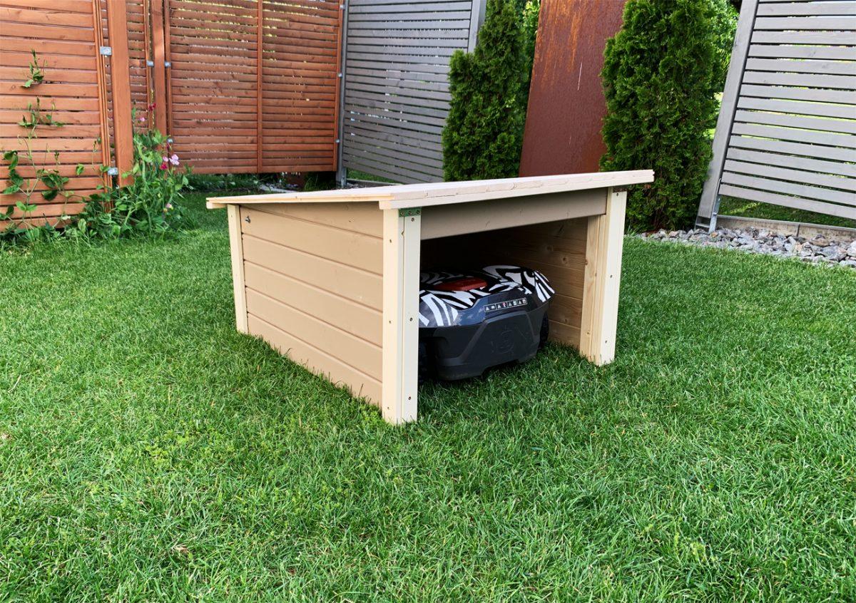 Garage für Mähroboter im Garten